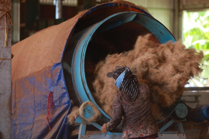 """Nghề dệt thảm xơ dừa trên quê hương """"Đồng Khởi"""" - hình 0"""