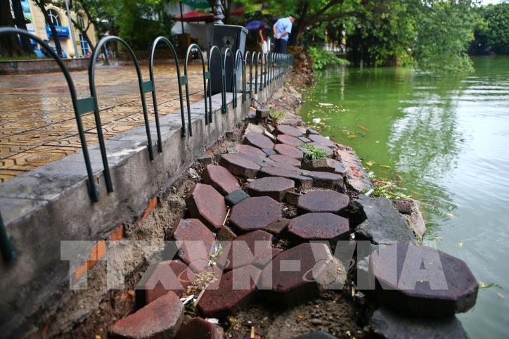 Bờ kè hồ Hoàn Kiếm bị sụt lún nghiêm trọng - hình 0