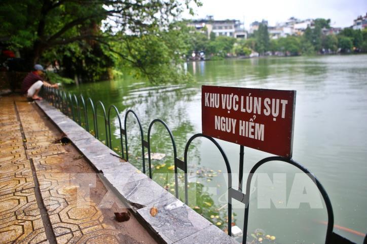 Bờ kè hồ Hoàn Kiếm bị sụt lún nghiêm trọng - hình 1