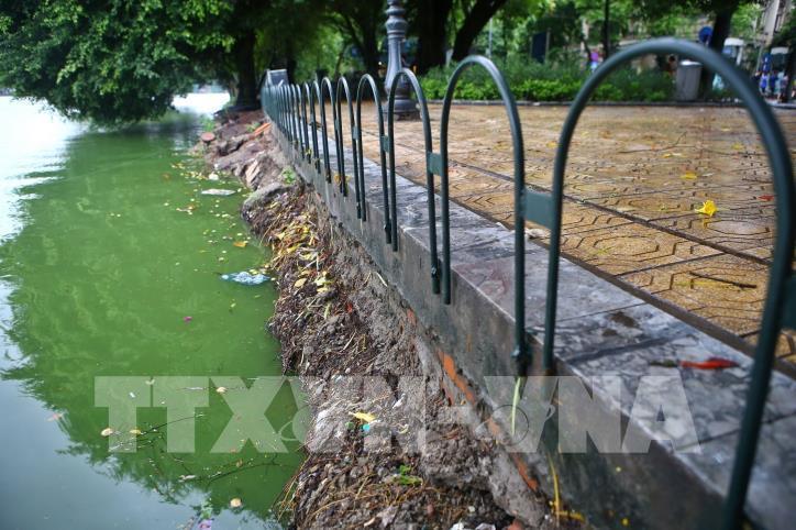 Bờ kè hồ Hoàn Kiếm bị sụt lún nghiêm trọng - hình 2