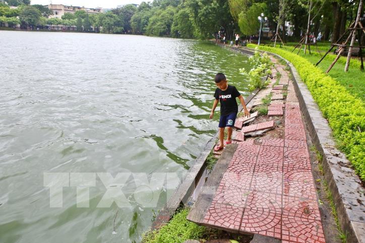 Bờ kè hồ Hoàn Kiếm bị sụt lún nghiêm trọng - hình 4