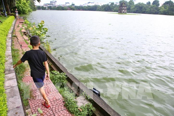 Bờ kè hồ Hoàn Kiếm bị sụt lún nghiêm trọng - hình 7