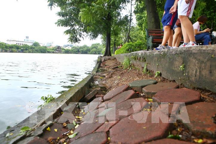 Bờ kè hồ Hoàn Kiếm bị sụt lún nghiêm trọng - hình 12