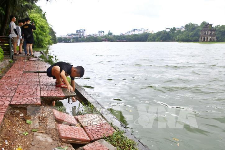 Bờ kè hồ Hoàn Kiếm bị sụt lún nghiêm trọng - hình 13