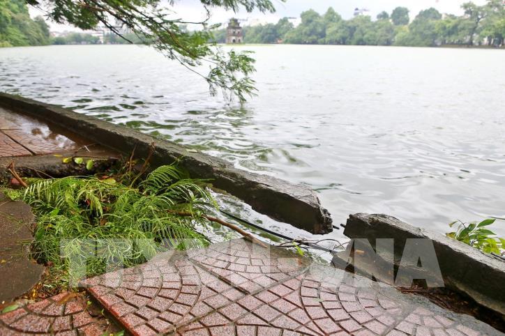 Bờ kè hồ Hoàn Kiếm bị sụt lún nghiêm trọng - hình 14