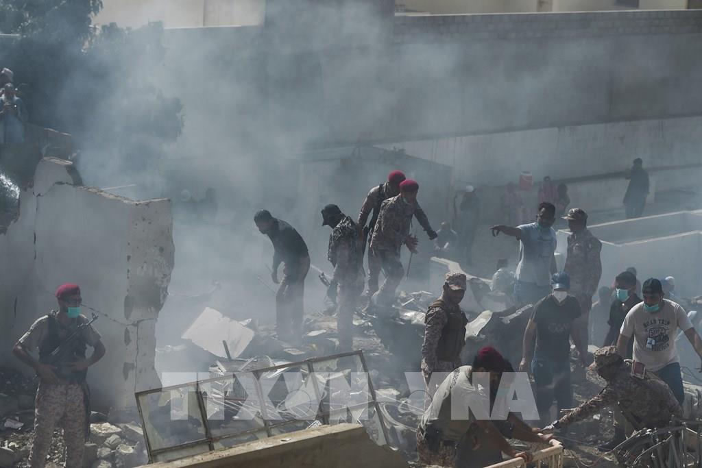 Lực lượng cứu hộ tìm kiếm thi thể nạn nhân tại hiện trường vụ rơi máy bay ở thành phố cảng Karachi, miền Nam Pakistan ngày 22/5/2020. Ảnh: AFP/TTXVN