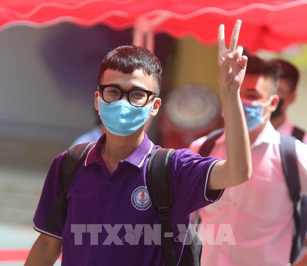 Thí sinh Hà Nội phấn khởi sau khi hoàn thành môn thi đầu tiên kỳ thi tốt nghiệp THPT năm 2020