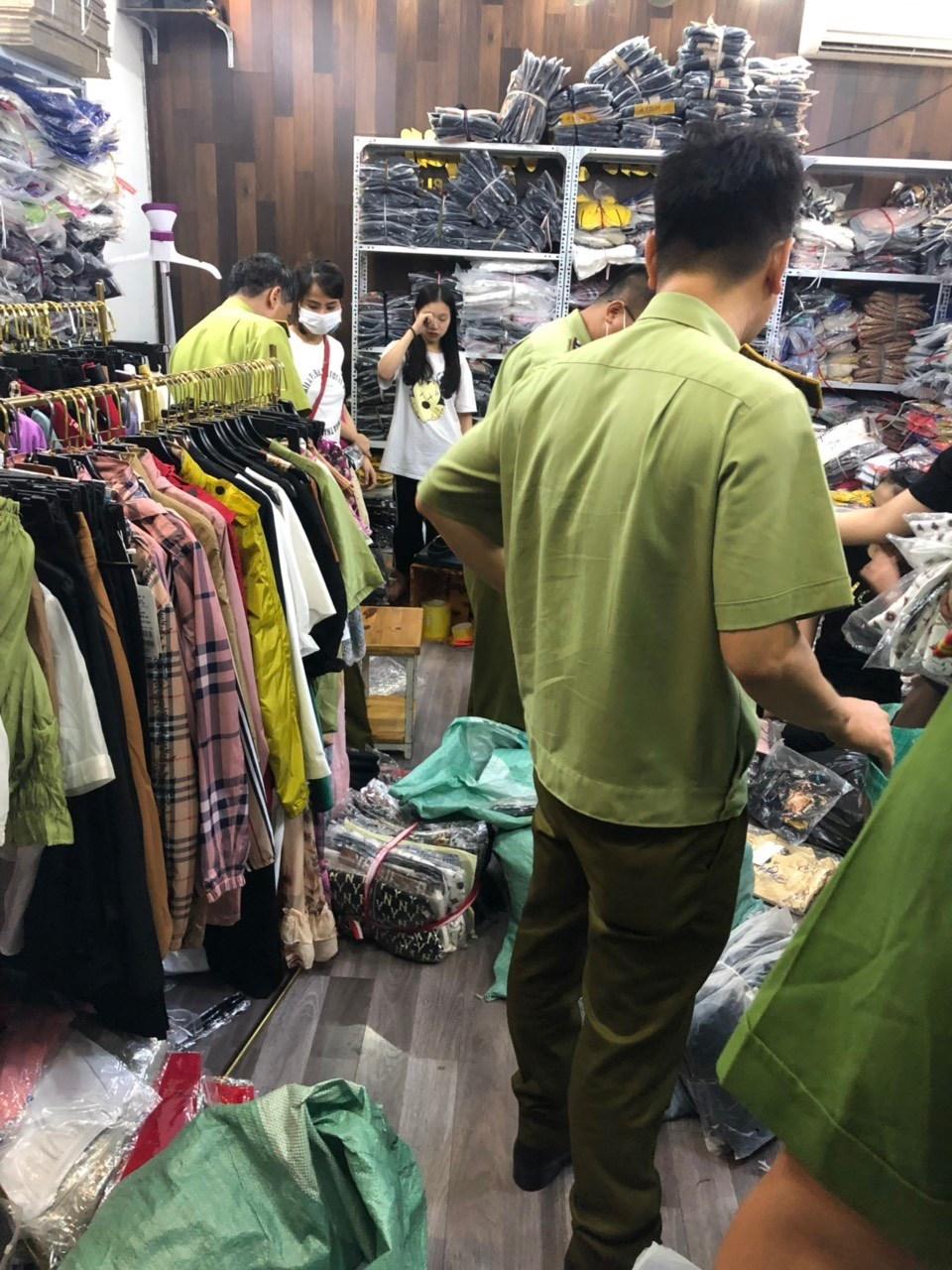 Hà Nội: Tạm giữ hàng nghìn sản phẩm giả mạo các nhãn hiệu thời trang nổi tiếng