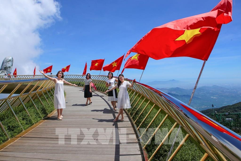 Cầu Vàng rực rỡ cờ Tổ quốc đón du khách sau dịch COVID-19