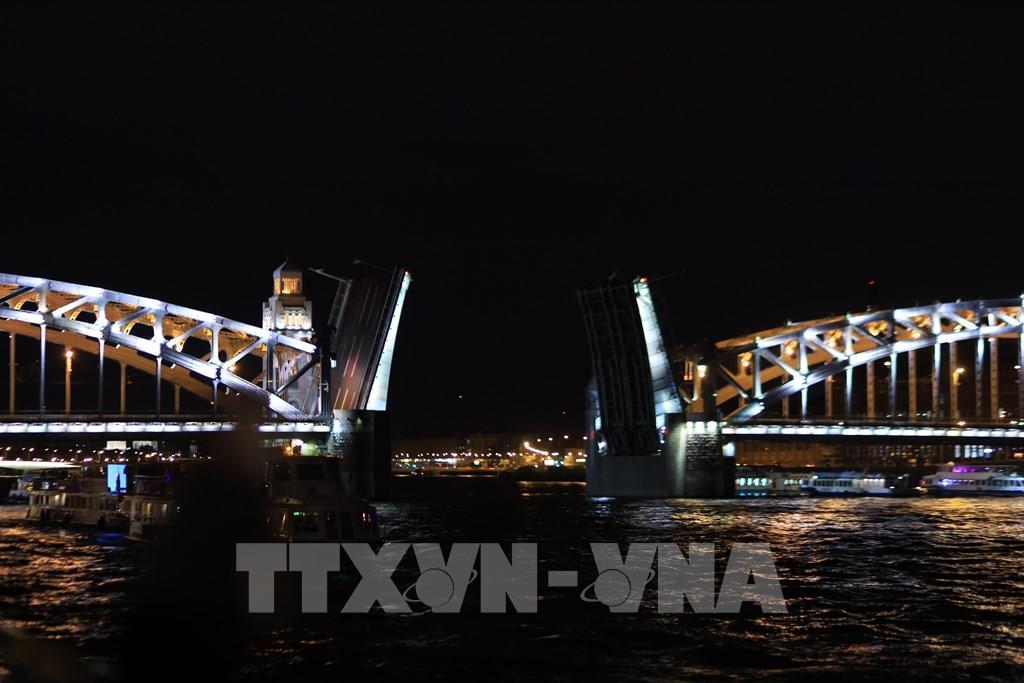 Những cây cầu mở độc đáo trên sông Neva