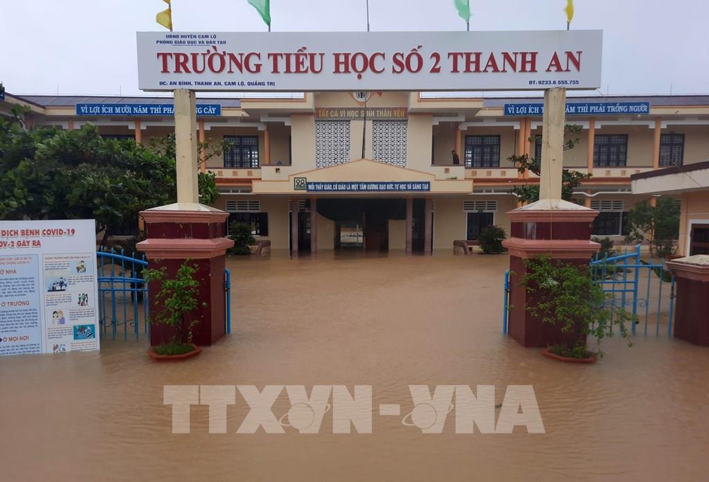 Lũ dâng nhanh nhấn chìm nhiều làng quê Quảng Trị