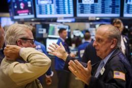 Dow Jones tiếp tục giảm, FTSE 100 bật tăng nhẹ
