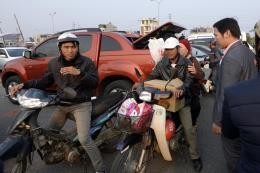 Bát nháo xe ôm khu vực gần sân bay Tân Sơn Nhất