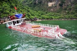 Tràn nước tàu du lịch trên vịnh Hạ Long: 47 du khách an toàn