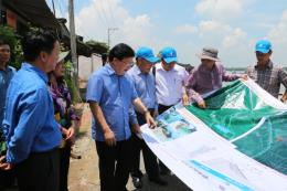 Phó Thủ tướng Chính phủ Trịnh Đình Dũng khảo sát vùng sạt lở tại An Giang