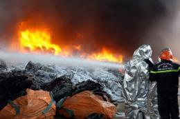 Cháy lớn cơ sở bao bì sát đường dây điện cao thế khiến thành phố Vũng Tàu mất điện