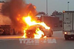 Đang lưu thông trên Quốc lộ 1A, ô tô bỗng nhiên cháy ngùn ngụt