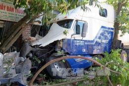 Xe container đâm sập nhà dân, 3 người trong một gia đình bị thương nặng