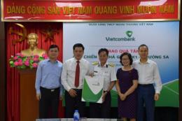 Vietcombank tặng quà cho gia đình cán bộ chiến sỹ Nhà giàn DK1 có hoàn cảnh khó khăn