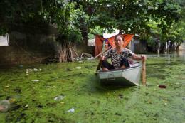Ô nhiễm môi trường nghiêm trọng ở Chương Mỹ sau đợt lũ kéo dài