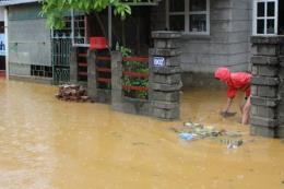 Ngập sâu gần 1 mét, người dân vùng biên giới Kon Tum gặp khó trong đi lại