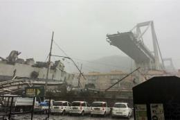 Lực lượng cứu hộ tìm kiếm người sống sót trong vụ sập cầu cạn tại Italy