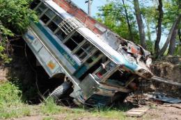 Xe buýt rơi xuống hẻm núi làm ít nhất 15 người thiệt mạng tại Ấn Độ