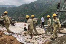 Khắc phục vị trí sạt lở do mưa lũ ở đường dây 500kV Sơn La - Hiệp Hòa