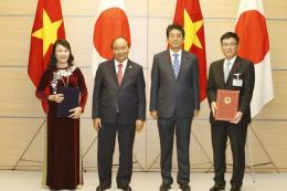 Thủ tướng Nguyễn Xuân Phúc và Thủ tướng Shinzo Abe chứng kiến lễ trao các văn kiện hợp tác