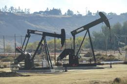 Giá dầu ngọt nhẹ giảm 4% trong tuần qua