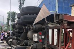 Xe container mất lái đâm vào xe khách khiến 3 người thương vong