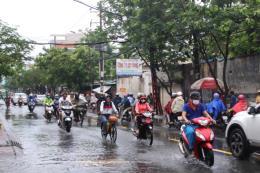 Thành phố Hồ Chí Minh: Nhiều khu vực nước vẫn ngập quá đầu gối