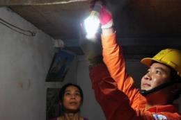 Thay mới bóng đèn tiết kiệm điện cho hàng nghìn hộ nghèo ở Hà Nội