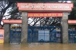 Học sinh huyện Nghĩa Hành phải nghỉ học vì nước ngập sâu cả mét
