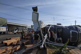 Container va chạm xe ô tô 9 chỗ, 1 người bị thương