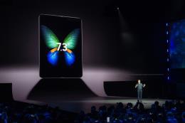Samsung trình làng smartphone màn hình gập đầu tiên