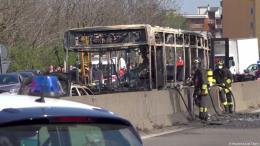 Italy: Lái xe buýt bắt cóc 51 học sinh