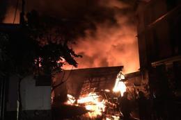 Cháy nhà kho chứa dầu ở Tp Hồ Chí Minh