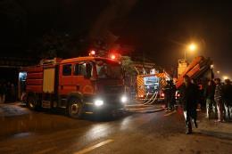 Căn nhà bốc cháy, 2 vợ chồng thoát nạn trong gang tấc
