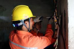 Sửa chữa điện miễn phí cho hơn 200 hộ nghèo, gia đình chính sách