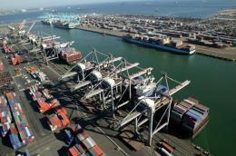Thâm hụt thương mại của Mỹ giảm xuống còn 49,4 tỷ USD