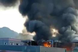 Nhà máy hóa chất phát nổ, hàng chục người thương vong