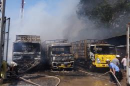 Đốt đồng làm cháy vựa phế liệu, thiêu rụi 3 xe tải