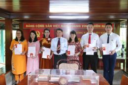 Đảng ủy TTXVN trao thẻ Đảng viên tại Khu di tích Chủ tịch Hồ Chí Minh trong Phủ Chủ tịch.