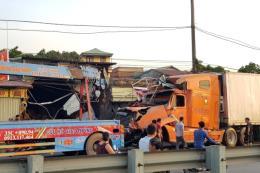 Xe container mất lái, lao vào bốn nhà dân ven Quốc lộ 10