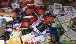 Hà Nội bắt giữ số lượng lớn sách đĩa học tiếng Anh không có xuất xứ