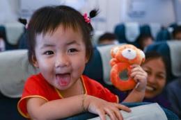 Vietnam Airlines tặng quà cho hành khách trẻ em nhân Ngày Quốc tế thiếu nhi