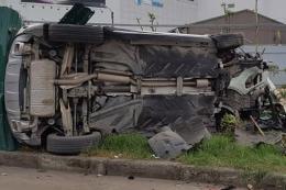 Phóng với tốc độ kinh hoàng, xe Mercedes tông liên tiếp 3 căn nhà
