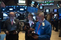 Chứng khoán Mỹ biến động trái chiều sau quyết định hạ lãi suất của Fed