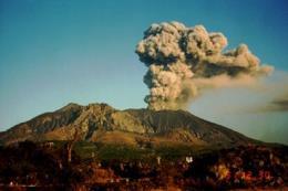 """Núi lửa bất ngờ """"thức giấc"""", hơn 5.000 người phải sơ tán"""